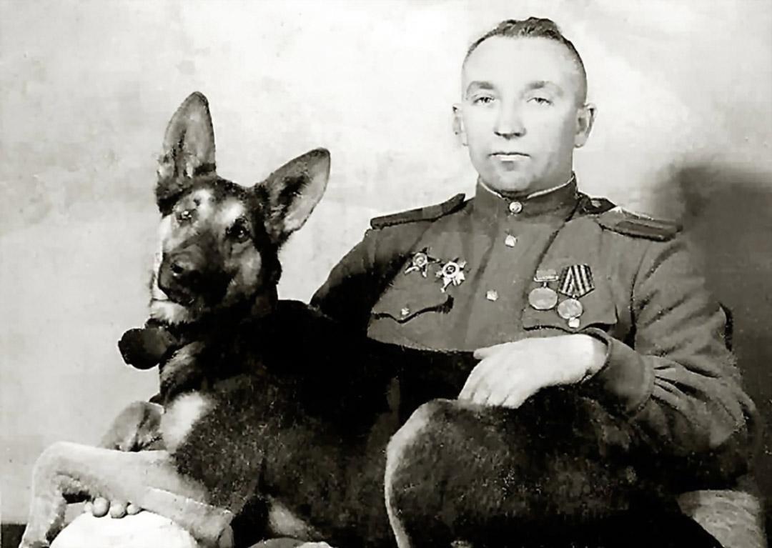 Командир 37-го отдельного батальона разминирования майор Александр Мазовер и Джульбарс