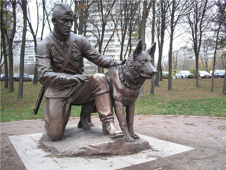 Памятник «Военный инструктор с собакой» в парке «Терлецкая дубрава» г. Москва появился в 2009 г.